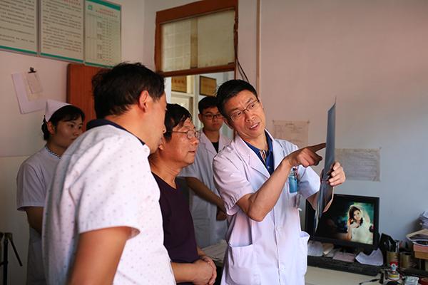我院骨科和康复科等相关医护人员下乡村卫生室举行义诊活动